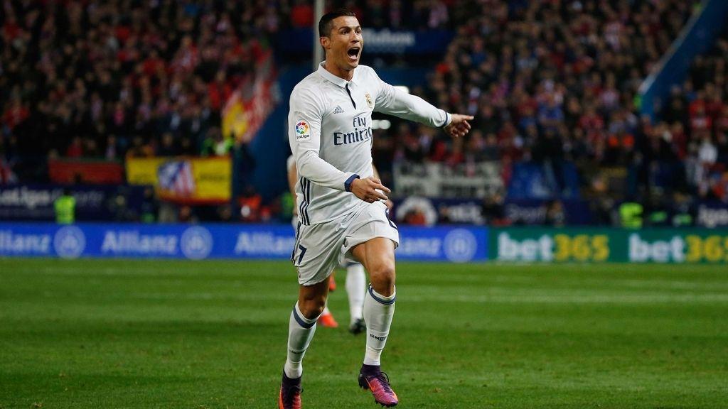 Cristiano Ronaldo celebra uno de los goles anotados ante el Atlético de Madrid en el último derbi de la capital