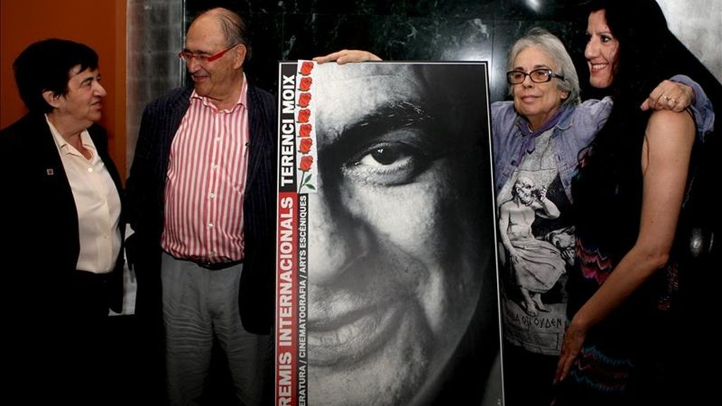 La hermana de Terenci Moix, Ana María (i), junto al músico Carles Santos, la fotógrafa Colita (2ºd), premio especial del jurado y la bailaora Maria Pagés (d), tres de los galardonados junto al escritor israelí David Grossman; el periodista francés Jean Daniel, y el poeta sirio Adonis (Ali Ahmad Said Esber), son los ganadores de la edición de este año de los Premios Internacionales Terenci Moix que se han fallado hoy. EFE