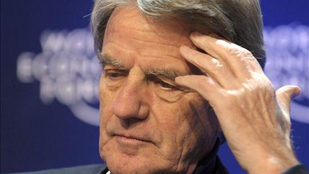 """En la imagen, el ministro francés de Exteriores, Bernard Kouchner, durante el encuentro anual del Foro Económico Internacional (WEF) en Davos, Suiza, el pasado 29 de enero. Un libro que aparece en Francia hoy, 4 de febrero, indica que Kouchner, considerado recientemente el personaje preferido de los franceses, habría utilizado toda la influencia de su cargo para cobrar una deuda que había contraído con empresas que él dirigía antes de hacerse cargo de la diplomacia francesa. La obra, de la que la prensa ha publicado ya diversos extractos, se titula """"Le Monde selon K"""" y está escrita por el periodista Pierre Péan. EFE"""