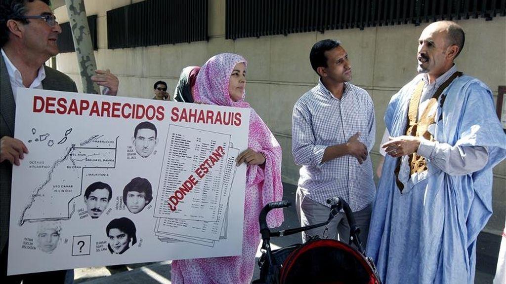 Varios saharauis en la puerta de la Audiencia Nacional, donde hoy el juez de la Audiencia Nacional Pablo Ruz ha tomado declaración como testigos a varios saharauis refugiados en los campos del Tinduf (Argelia) en la querella en la que investiga a varios altos cargos marroquíes por delitos de genocidio y torturas en el Sáhara Occidental. EFE