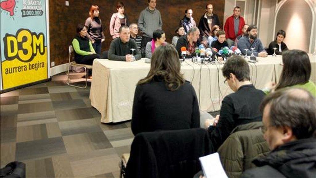 Miembros de Demokrazia 3 Milloi (D3M) durante la presentación de su candidatura por Vizcaya a las próximas elecciones autonómicas del 1 de marzo. EFE