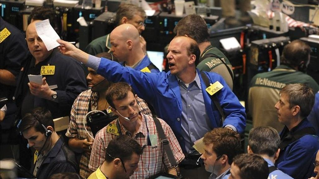 El índice Dow Jones de Industriales que agrupa a 30 de las mayores empresas cotizadas en Estados Unidos, restaba hacia el ecuador de esta primera jornada de la semana 28,84 puntos para colocarse en 12.477,15 unidades. EFE/Archivo