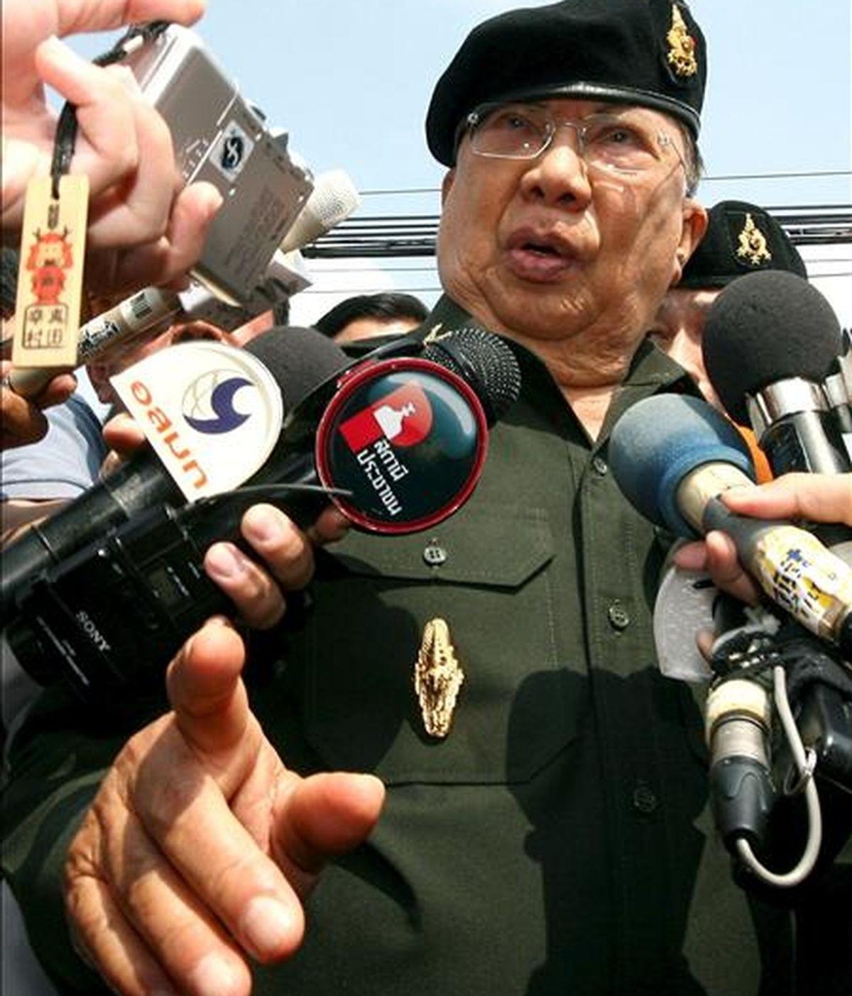 El ex primer ministro tailandés y actual presidente del partido de la oposición, Puea Thai, Chavalit Yongchaiyudh (c), responde a las preguntas de los medios de comunicación delante del cuartel del 11 Regimiento de Infantería en Bangkok (Tailandia). EFE/Archivo