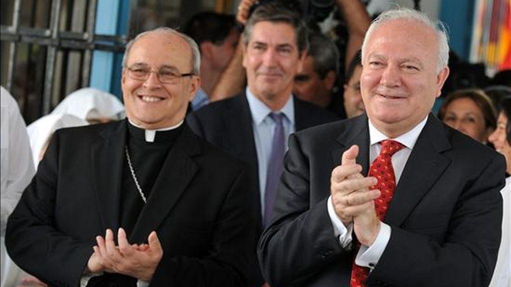 El ministro español de Asuntos Exteriores, Miguel Ángel Moratinos (d), junto al cardenal cubano Jaime Ortega y Alamino, durante su visita a Cuba el pasado 7 de julio. EFE/Archivo