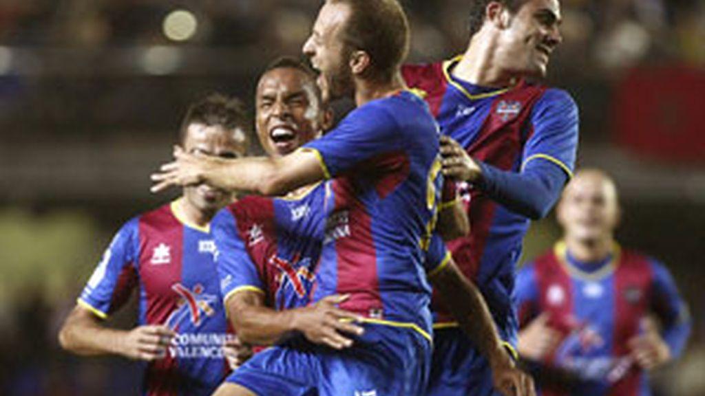 Los jugadores del Levante celebran uno de los goles al Villarreal. Foto: EFE