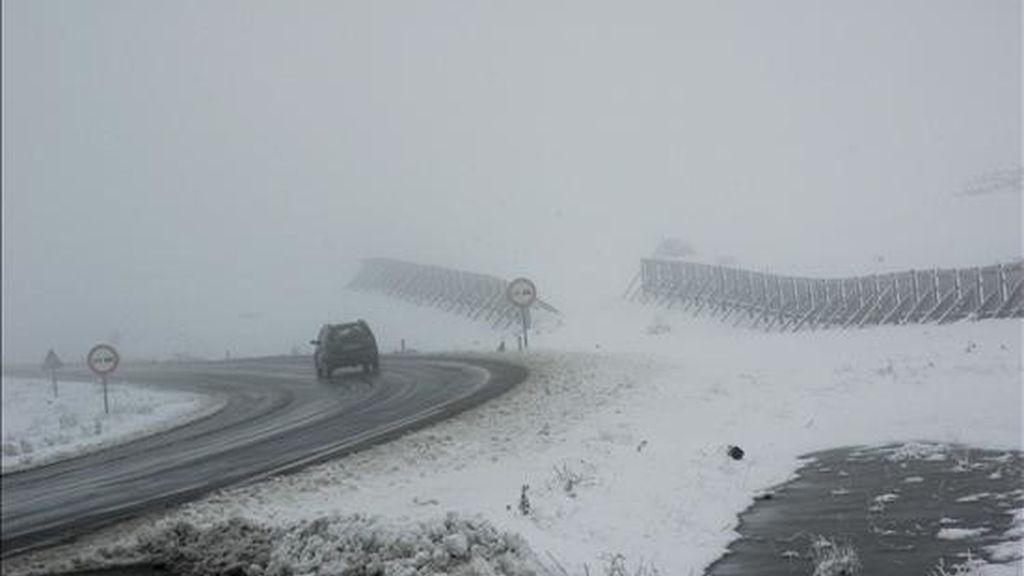 Un turismo circula por la carretera A-226 (Teruel-Cantavieja) a la altura de la entrada a El Pobo de la Sierra (Teruel). El último temporal de nieve todavía hace obligatorio el uso de cadenas en varios tramos de las provincias de Huesca y Teruel. EFE