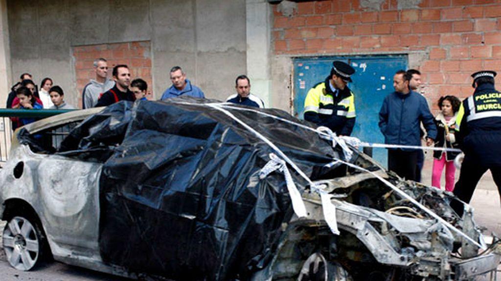 La policia inspecciona el coche en el que los bomberos de Murcia han encontrado hoy el cadáver de un hombre, con el cuerpo del fallecido aún en su interior. Foto EFE