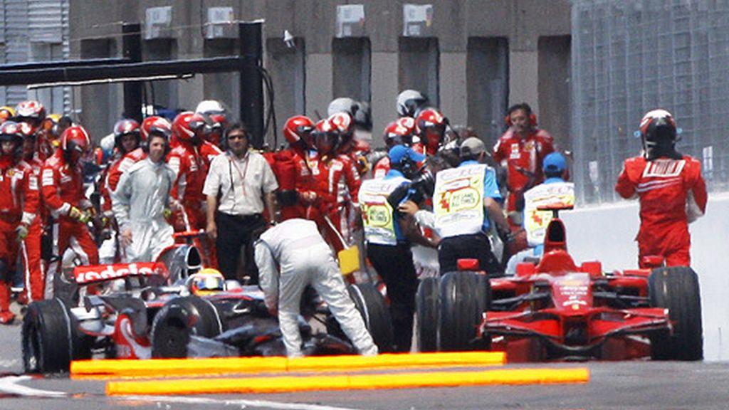 Momento del choque entre Hamilton y Raikkonen en Canadá. FOTO: EFE.