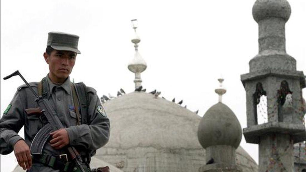 Un policía afgano hace guardia en Kabul. EFE/Archivo