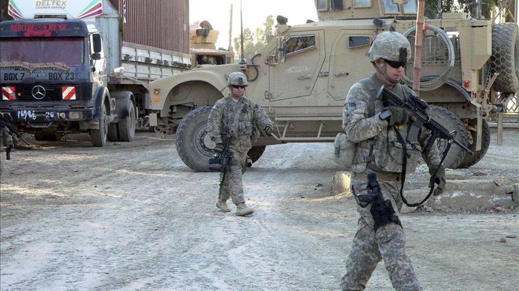 Soldados estadounidenses inspeccionan las inmediaciones del lugar del atentado suicida que se ha producido en Kandahar, Afganistán. EFE