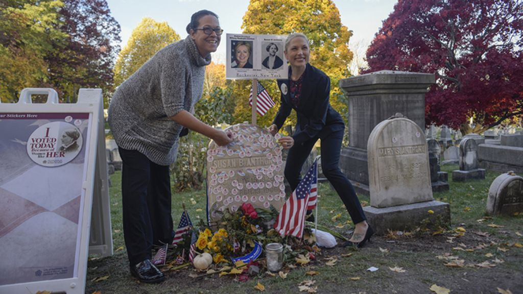 Homenajes espontáneos en la tumba de la sufragista Susan B. Anthony