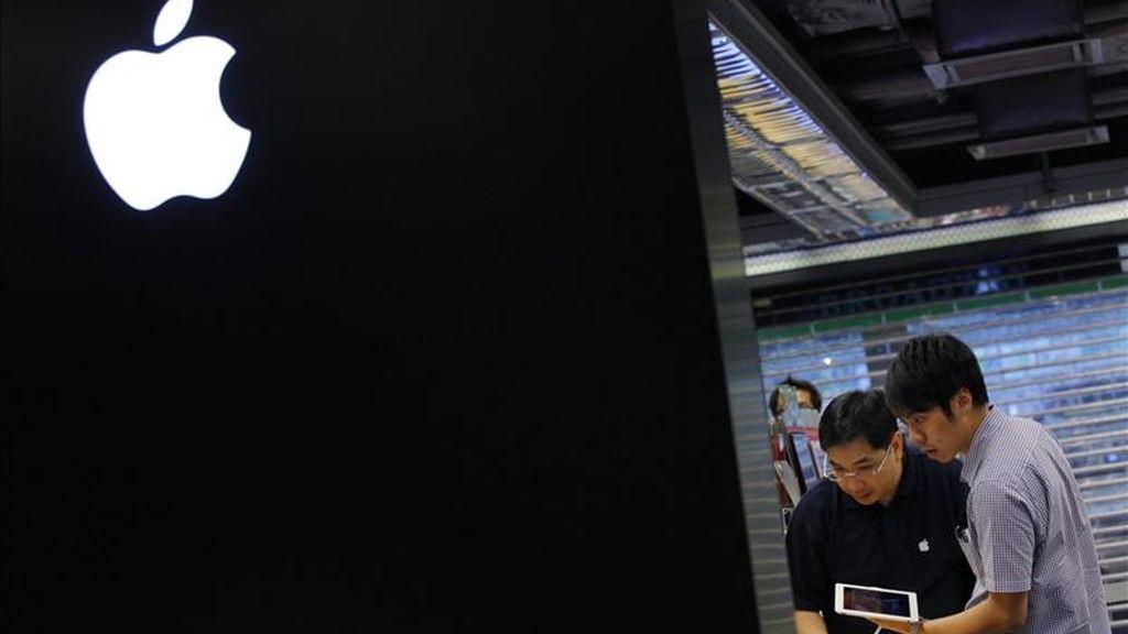Clientes prueban el iPad 2 de segunda generación puesto a la venta en una tienda en Hong Kong (China): EFE/Archivo