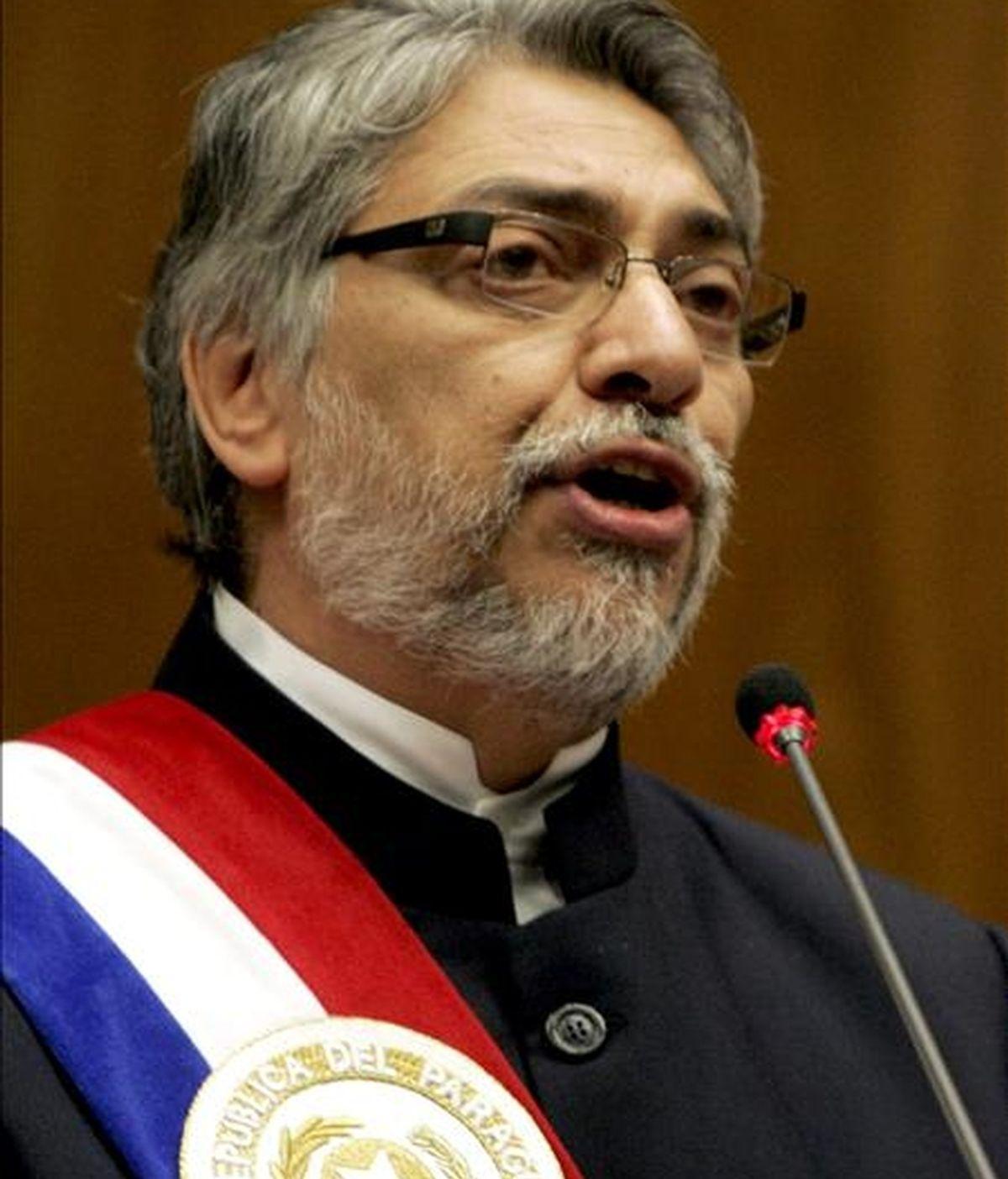 El presidente de Paraguay, Fernando Lugo habla en la sede del Congreso paraguayo en Asunción, en la que el mandatario presenta su primer informe de gestión al Congreso tras su llegada al Gobierno el pasado 15 de agosto de 2008. EFE