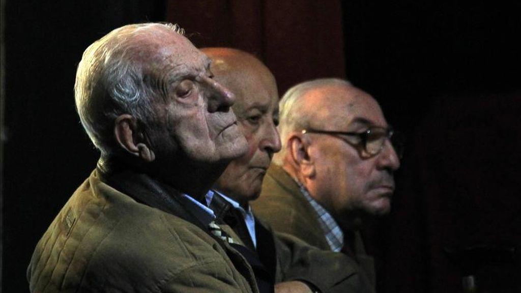El exdictador argentino Reynaldo Bignone (i), el exgeneral Santiago Omar Riveros (c) y el antiguo comisario Juan Fernando Meneghini (d) se presentan en un juicio que se les sigue por crímenes cometidos durante la última dictadura (1976-1983). EFE