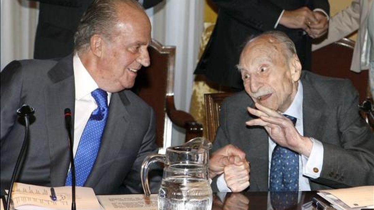 El rey Juan Carlos conversa con el escritor Francisco Ayala (d), al inicio de la sesión anual del Patronato de la Biblioteca Nacional, en la que se presenta el Plan Estratégico 2009-2011 y se informa de los proyectos que hay en marcha para la conmemoración del tercer centenario de esta institución. EFE
