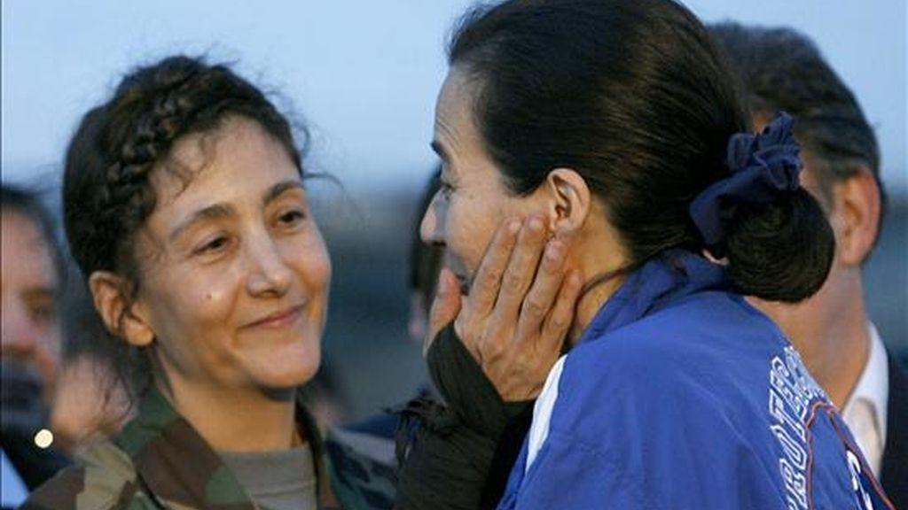 Fotografía del 2 de julio de 2008 en la que se ve el encuentro de la ex candidata presidencial colombo-francesa, Ingrid Betancourt, y Clara Rojas el día de la liberación de Betancourt, tras más de seis años de secuestro en poder de las FARC. EFE/Archivo