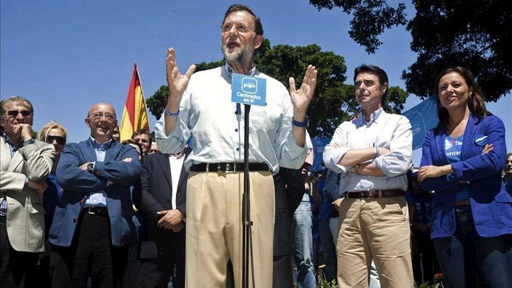 El presidente del Partido Popular, Mariano Rajoy (c); la candidata al ayuntamiento de Santa Cruz de Tenerife, Cristina Tavío (d), y el candidato a la presidencia del Gobierno de Canarias, José Manuel Soria (2d), durante el encuentro que mantuvieron hoy en la capital tinerfeña con simpatizantes de su partido. EFE
