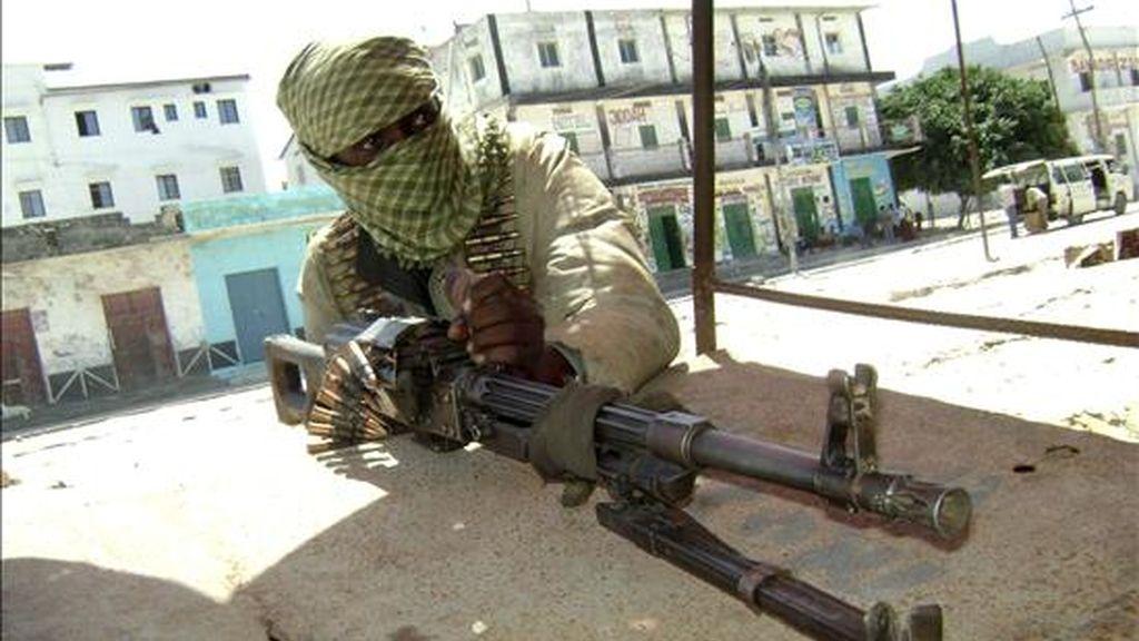 Fotografía facilitada el 3 de junio de 2009 que muestra a un miliciano islámico del grupo radical Hezb al-Islam en pleno combate contra las fuerzas gubernamentales, en Mogadiscio (Somalia). EFE/Archivo