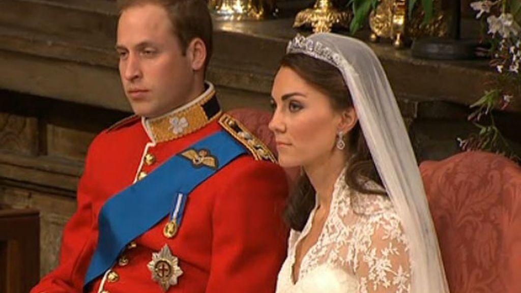 Los novios, siguiendo la ceremonia ya como Príncipe William y Princesa Catalina, duques de Cambridge