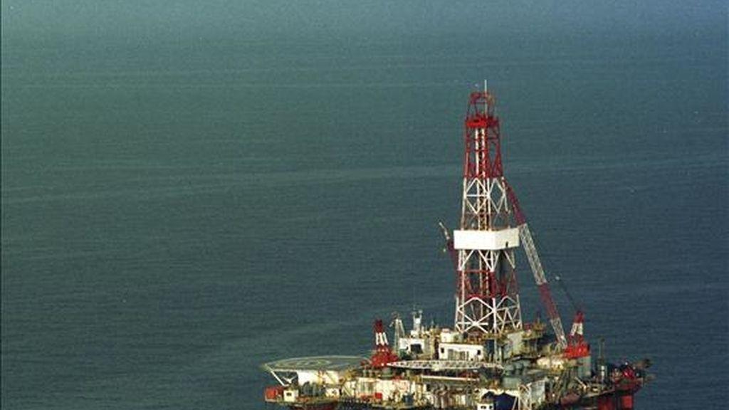 La petrolera Repsol YPF, en consorcio con la austríaca OMV, ha llevado a cabo su primer descubrimiento de hidrocarburos en aguas de Libia, país del que es el mayor operador extranjero, informó hoy la compañía a la Comisión Nacional del Mercado de Valores (CNMV). EFE/Archivo