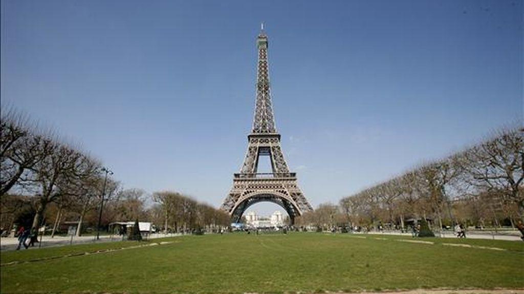 Vista de la Torre Eiffel al final del Campo de Marte, en París (Francia), hoy, 31 de marzo. Construida en poco más de dos años por el arquitecto francés Gustave Eiffel, el monumento se inauguró en la Exposición Universal de 1889, celebrada en la capital francesa. Este año se celebra el 120 aniversario de la famosa torre, de 324 metros de altura. EFE