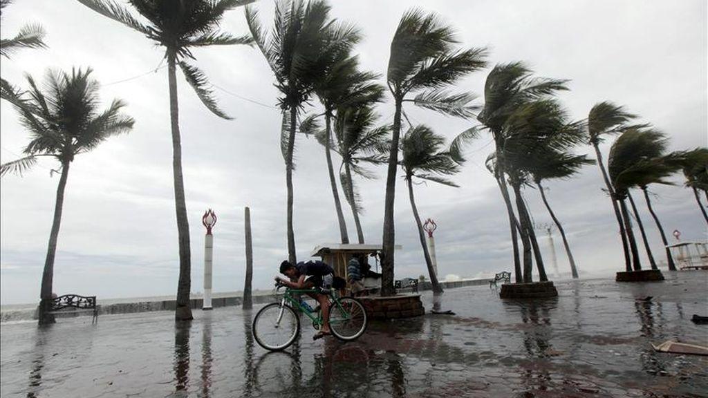 Un ciclista lucha contra los fuertes vientos durante el paso de la tormenta tropical Aere en Manila (Filipinas) hoy, lunes 9 de mayo de 2011. EFE