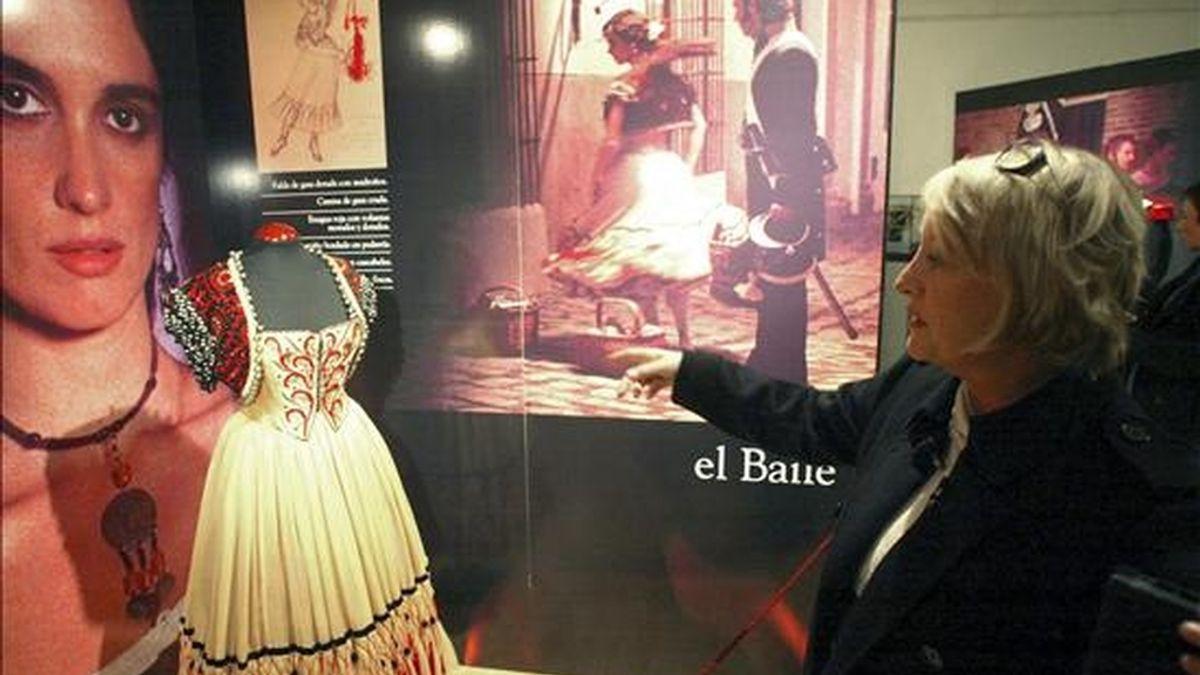"""Fotografía de archivo del 14 de noviembre de 2007 de la diseñadora Yvonne Blake en una exposición en el centro cultural Gaya Nuño de Soria, en la que mostró parte del vestuario que realizó para la película """"Carmen"""", del director Vicente Aranda, con los que ha ganado varios premios. EFE/Archivo"""