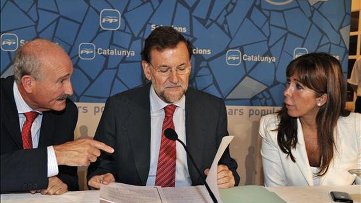 El presidente del Partido Popular (pp), Mariano Rajoy(c), acompañado de su homóloga en Cataluña, Alicia Sánchez-Camacho, y el presidente de la Cámara de Comercio de Girona, Domènec Espadaler, durante la reunión que ha mantenido con representantes del sector turístico de Girona en Castell d'Aro.- EFE