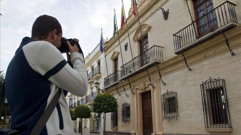 Un fotógrafo toma imágenes del Ayuntamiento de Ayamonte (Huelva) donde hoy agentes de la Guardia Civil han retirado gran cantidad de documentación y ordenadores en presencia del alcalde, el socialista Antonio Rodríguez, y de representantes de los juzgados del municipio. EFE
