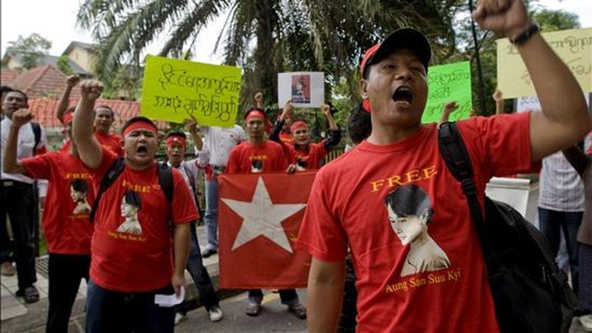Varios birmanos piden la liberación de la líder opositora birmana Aung San Suu Kyi a las puertas de la embajada birmana en Kuala Lumpur (Malasia). EFE/Archivo