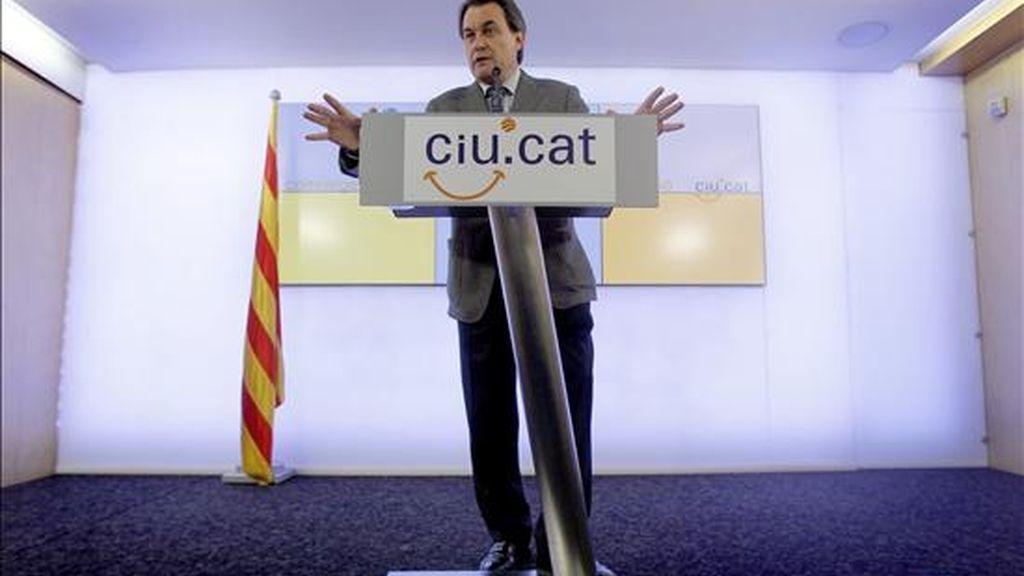 El presidente de CiU y futuro presidente de la Generalitat, Artur Mas, durante la rueda de prensa ofrecida hoy en la sede de su formación. EFE