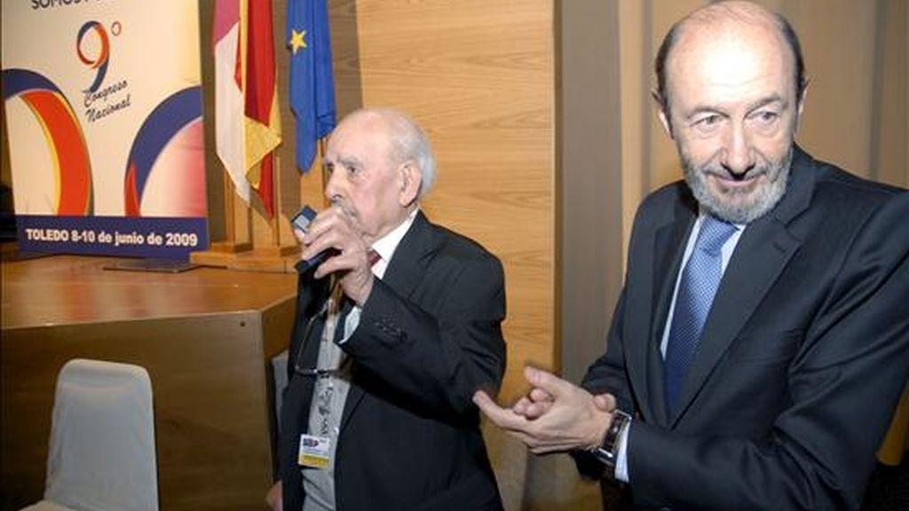 El ministro del Interior, Alfredo Pérez Rubalcaba (d), hace entrega de un galardón al afiliado Severiano Arnaiz, de 97 años, durante la inauguración del IX Congreso Nacional del Sindicato Unificado de Policía (SUP), que se ha celebrado hoy en Toledo. EFE