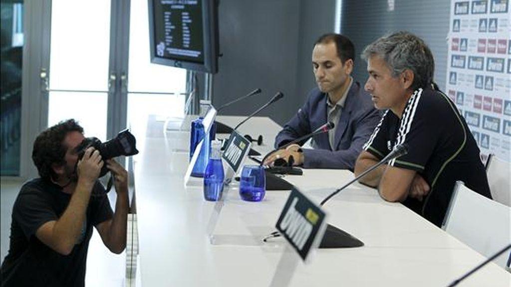 El entrenador portugués del Real Madrid, José Mourinho, durante la conferencia de prensa que ofreció ayer tras el entrenamiento que realizó el equipo madrileño en la Ciudad Deportiva de Valdebebas. EFE