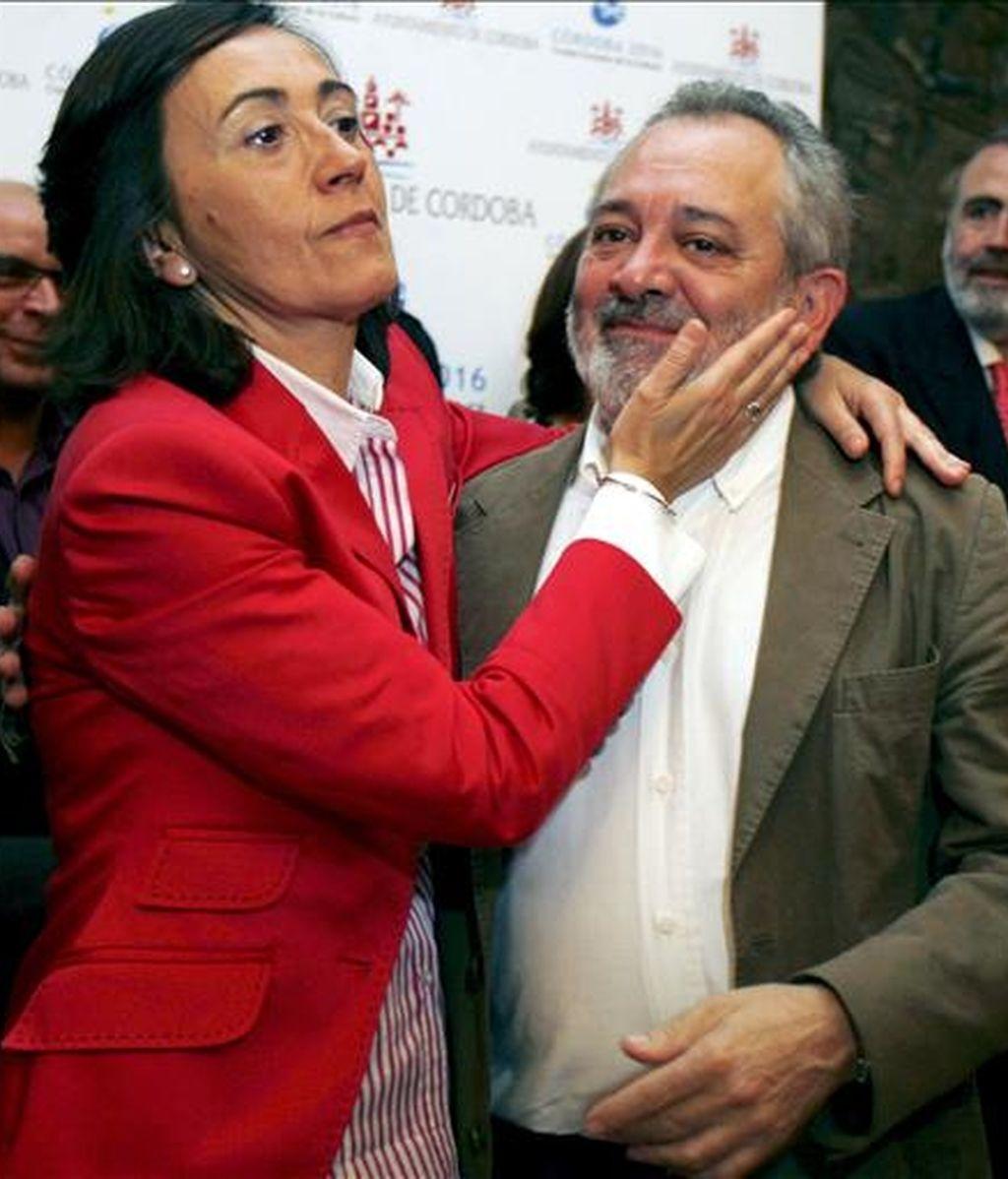 Rosa Aguilar, alcaldesa de Córdoba durante diez años, junto a su segundo teniente de alcalde y a quien ha señalado como su posible sucesor, Andrés Ocaña, hoy durante el acto en el que entregó su acta de concejal en el ayuntamiento. EFE