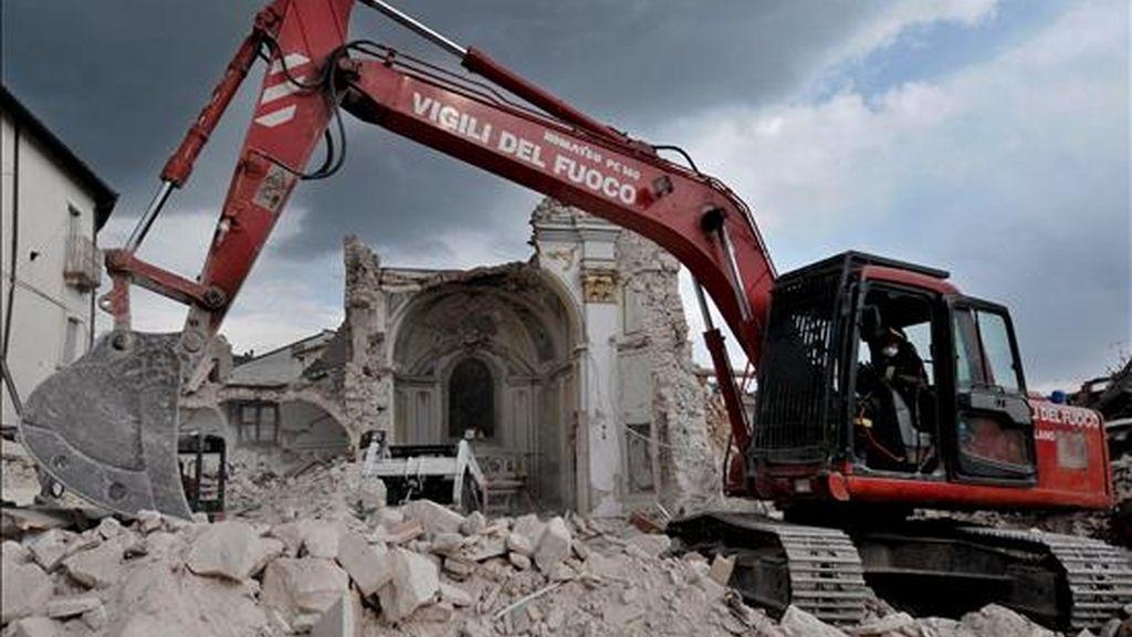 Una grúa quita los escombros de la iglesia de San Gregorio, cerca de L'Aquila, Italia, el 16 de abril. EFE/Archivo