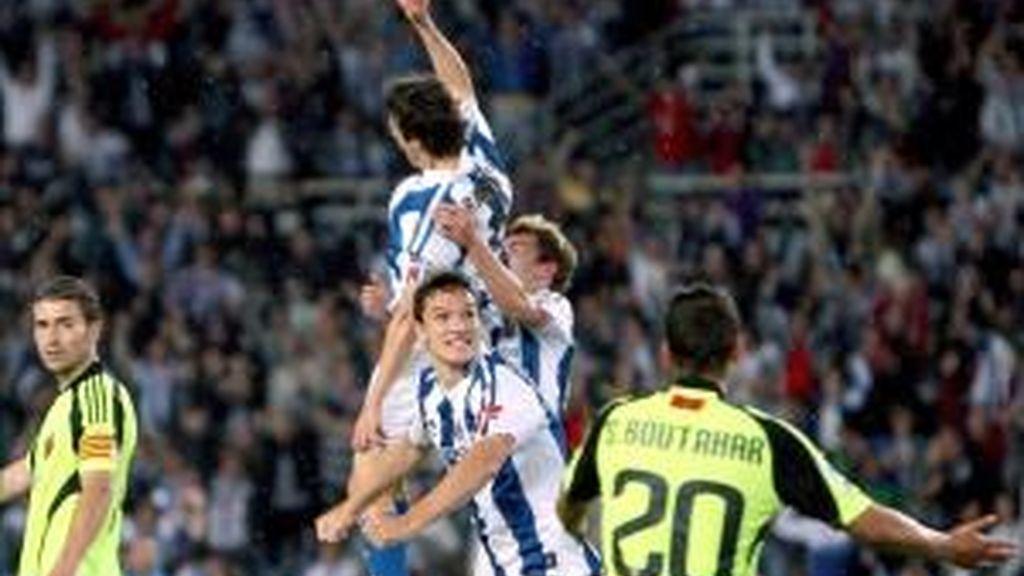 El centrocampista de la Real Sociedad Mikel Aranburu (2i) celebra el gol marcado al Real Zaragoza, segundo para su equipo, durante el partido, correspondiente a la trigésima sexta jornada de Liga de Primera División que ambos equipos disputaron en el estadio de Anoeta de San Sebastián. EFE