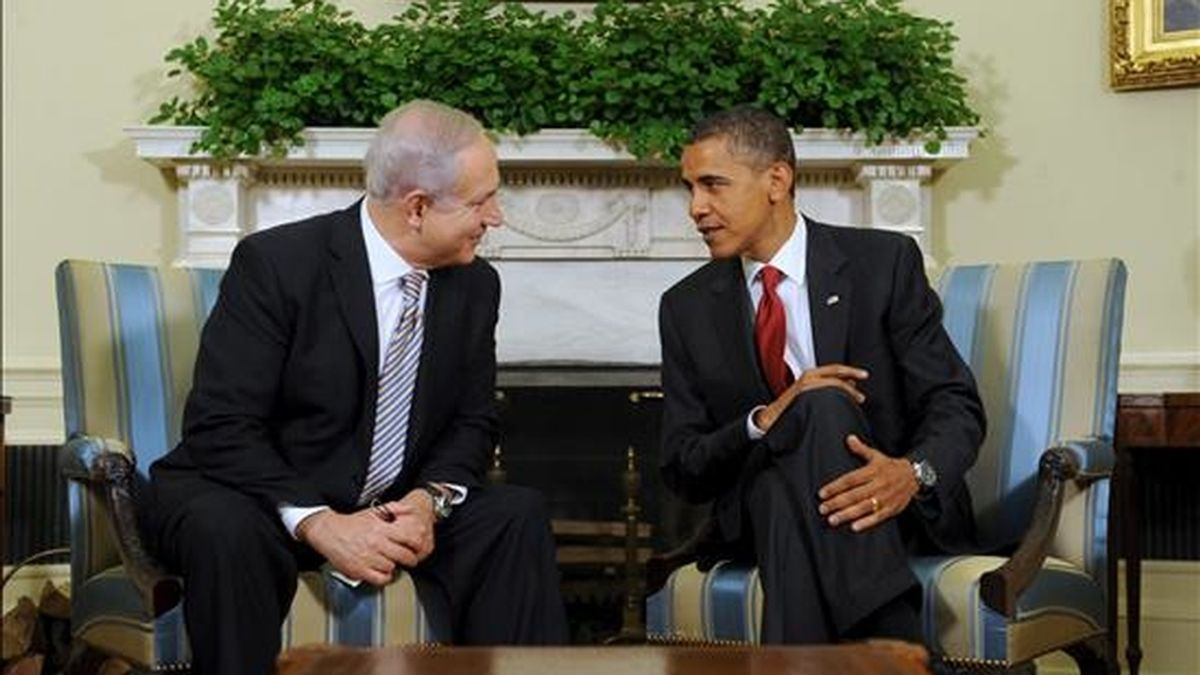 El presidente estadounidense, Barack Obama, conversa con el primer ministro israelí, Benjamin Netanyahu, en el Despacho Oval de la Casa Blanca, en Washington, EE.UU.. EFE