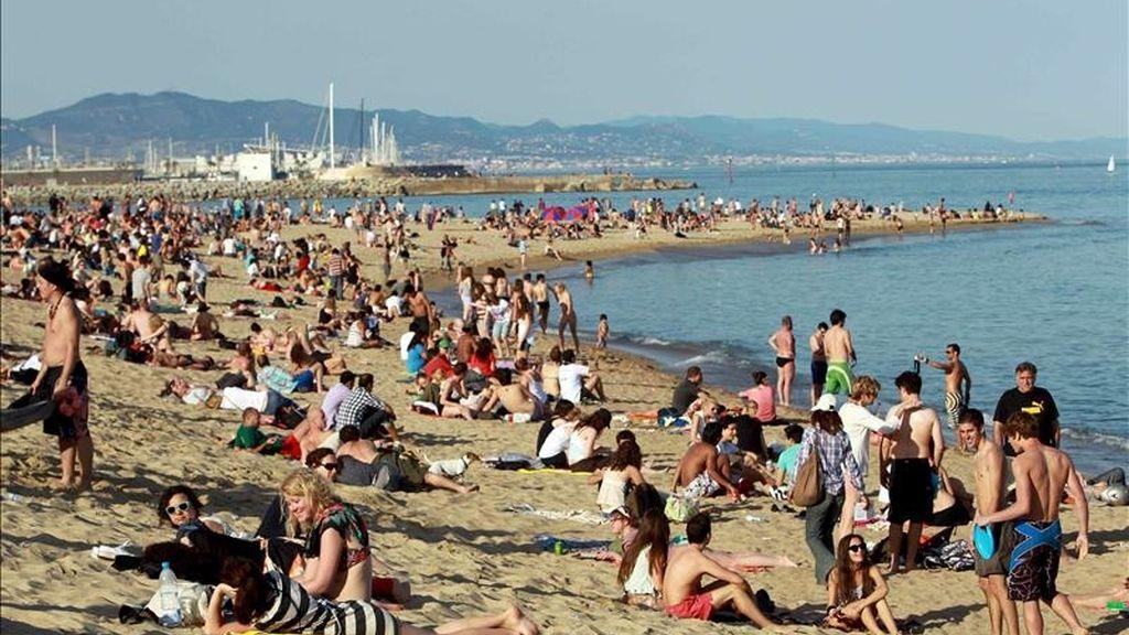Miles de personas se han acercado a la playa de la Barceloneta, en Barcelona. EFE/Archivo