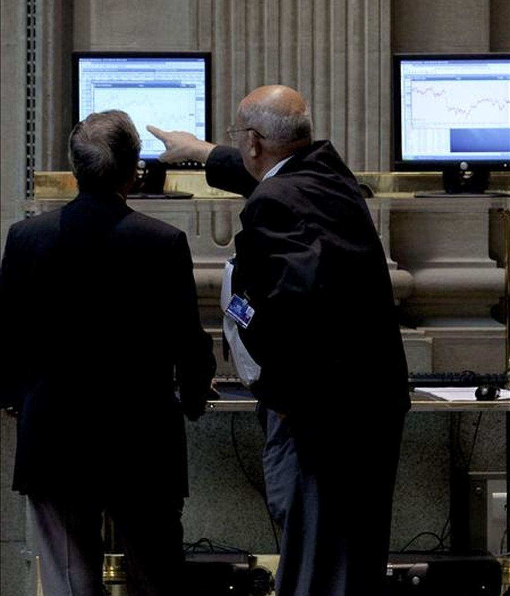 Dos agentes de bolsa siguen las cotizaciones en la Bolsa de Madrid. EFE/Archivo
