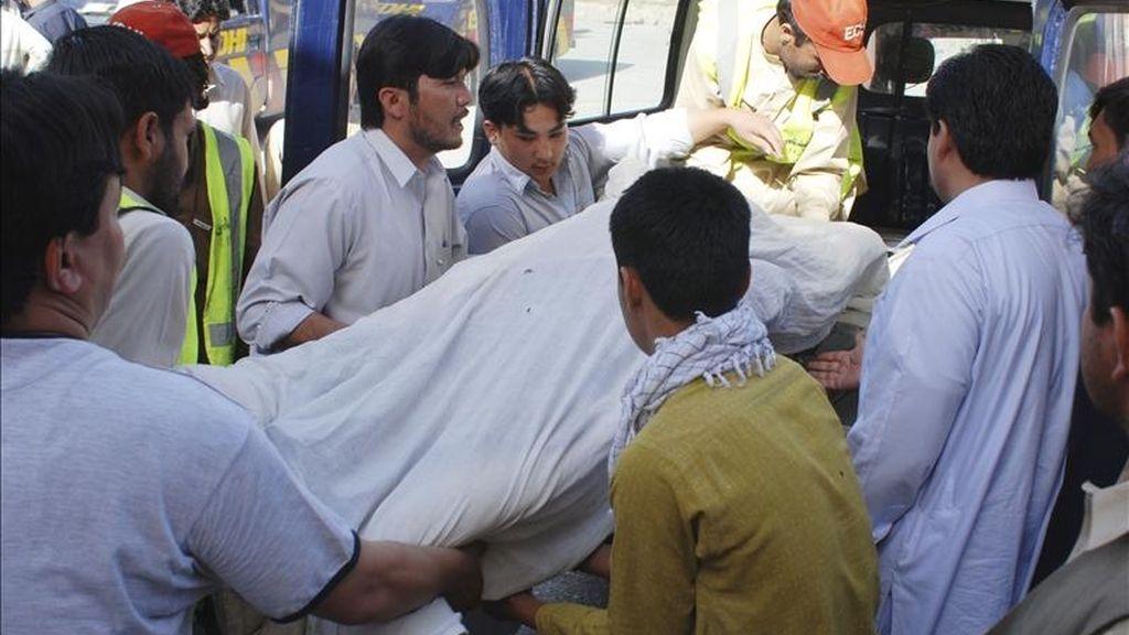 Varias personas transportan el cuerpo de una de las ocho victimas de un ataque con proyectiles y disparos contra un grupo de chiies reunidos en un cementerio de la ciudad suroccidental paquistaní de Quetta, hoy viernes 6 de mayo. EFE