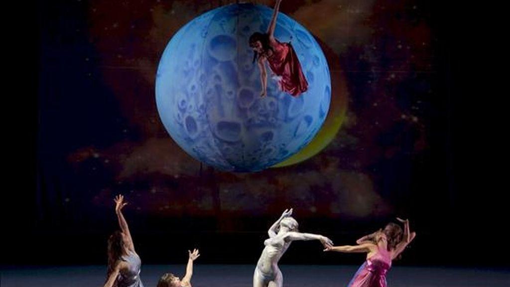 """Ensayo general de la compañía italiana Studio Festi del espectáculo de danza y vídeo-proyecciones """"Water Dance"""". EFE/Archivo"""
