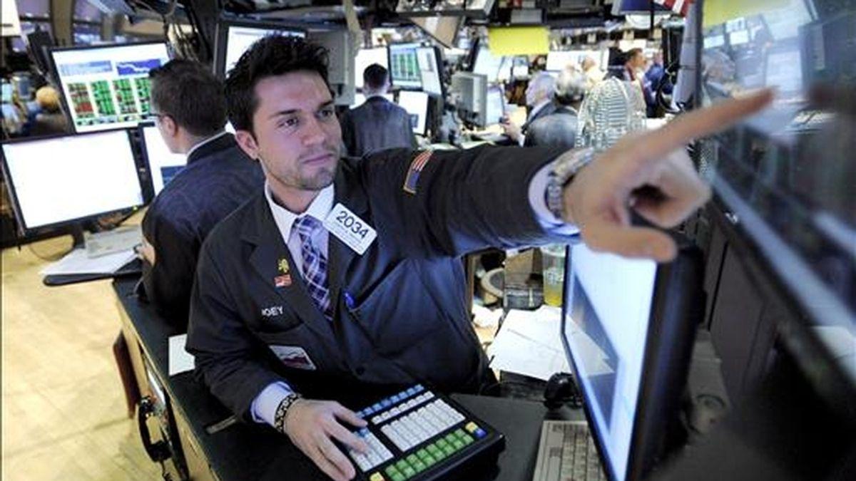 Al final de la jornda, el índice Dow Jones, el más importante de Wall Street, retrocedió 65,63 puntos y terminó a 8.675,24 unidades. EFE/Archivo