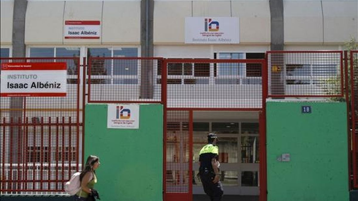 Vista de la entrada al instituto de enseñanza secundaria Isaac Albéniz de Leganés donde se han registrado dos nuevos casos de gripe AH1N1. EFE