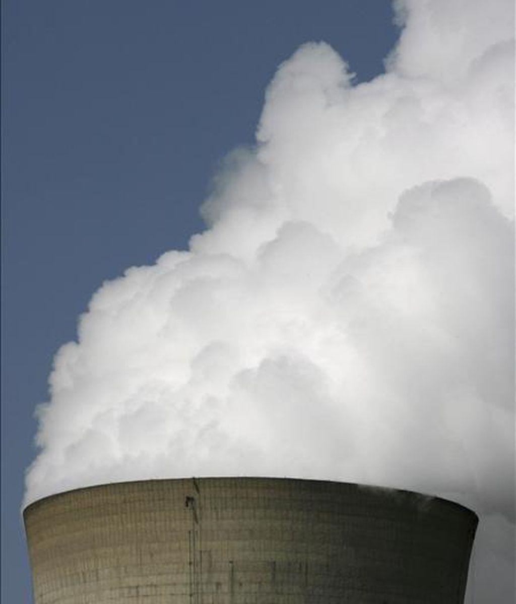 El Colegio de Ingenieros de Caminos de Cataluña ha pedido hoy que se abra un debate serio en la sociedad sobre la energía nuclear y se ha mostrado a favor de no cerrar ahora las centrales nucleares ya que producen el 40,8% de la demanda energética. EFE/Archivo