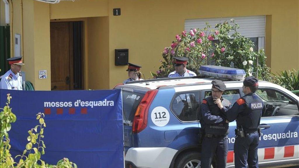 Efectivos policiales autonómicos ante la casa donde esta mañana una mujer de 65 años ha fallecido esta mañana en Bescanó (Girona) en un nuevo caso de violencia machista. EFE