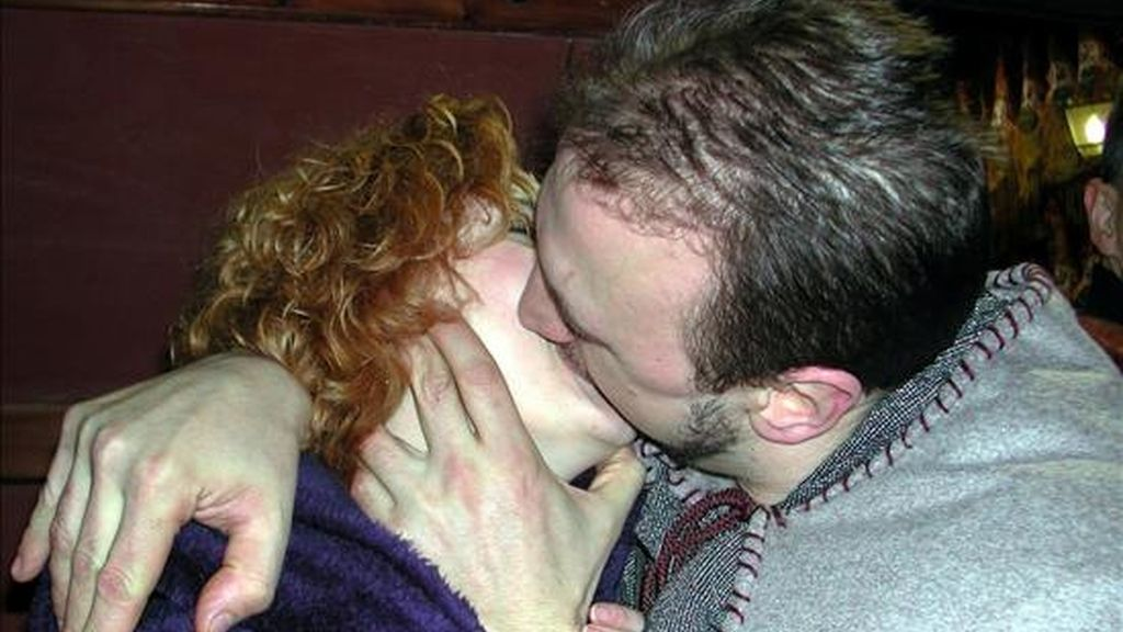 Una empresa británica ha iniciado la búsqueda de parejas voluntarias para probar un invento que permite la intimidad a distancia. Fotografía de archivo, en la que se ve a una pareja besándose. EFE/Archivo