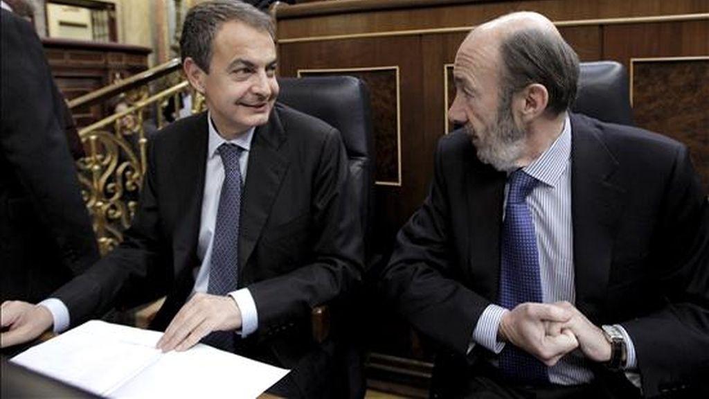 El presidente del Gobierno, José Luis Rodríguez Zapatero (i), junto al vicepresidente primero del Gobierno y ministro del Interior, Alfredo Pérez Rubalcaba. EFE/Archivo