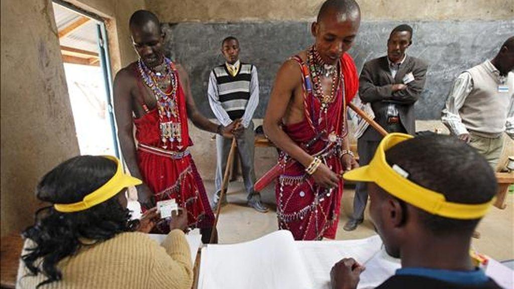 Dos hombres de la tribu masai votando en el referéndum que va a decidir si se adopta una nueva Constitución en Kenia, este miércoles en un centro electoral de Kangemi, a las afueras de Nairobi. EFE