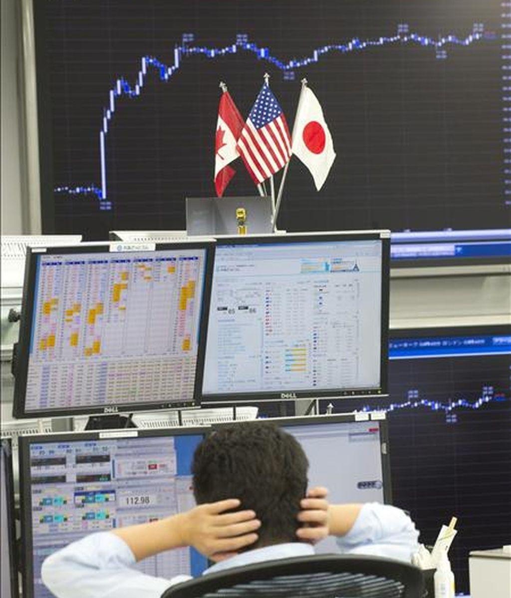 Un agente de bolsa japonés trabaja en una empresa de corretaje del centro de Tokio. EFE/Archivo