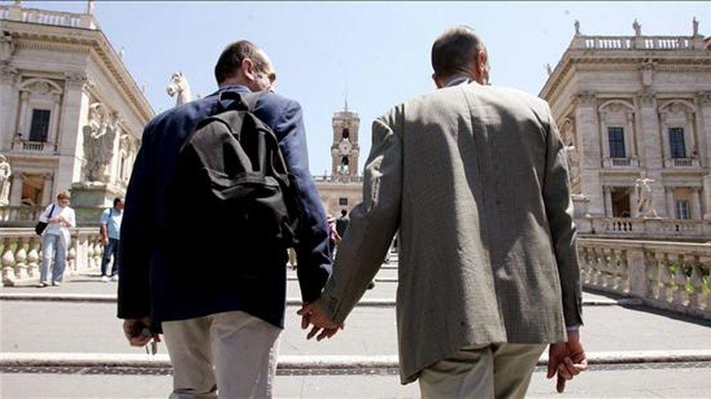 Una pareja gay camina de la mano. EFE/Archivos